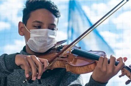 Tocó la marcha peronista en su violín y le llovieron mensajes de odio